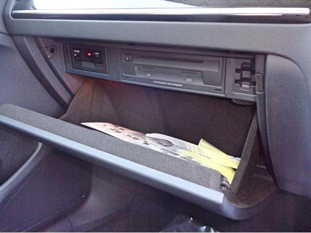 グローブボックス内にはETC車載器、CD/DVDプレーヤー、SDカードスロットがあります