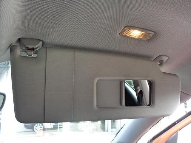 運転席、助手席のサンバイザーには照明付きメイクアップミラーがございます