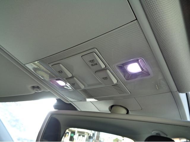 運転席側に小物入れがございます。