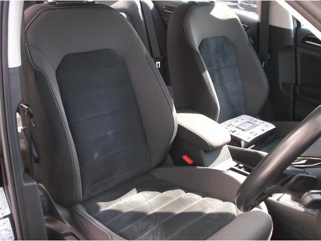 アルカンターラとファブリックのコンビネーションスポーツシートです。体をしっかりホールドし、運転の疲れを軽減します。