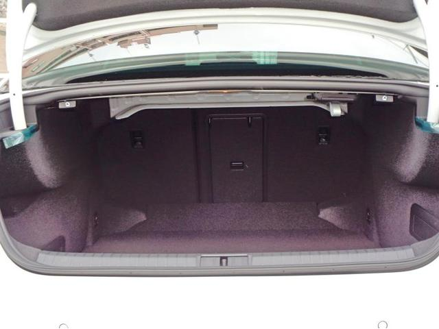 ラゲージルームの容量は586Lです。上部のレバーを引くと後席が倒れ、後席を倒すと1152Lまで拡大可能です。