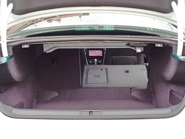 上部のレバーを引くと後席が倒れ、後席を倒すと1152Lまで拡大可能です。