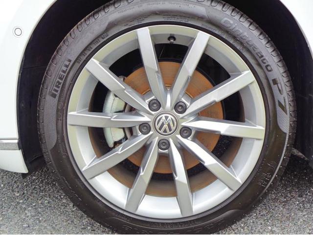 タイヤサイズ235/45R1810スポークアルミホイールを装着しております。助手席側フロント