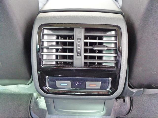 後席のエアコン温度も調整可能な3ゾーンオートエアコンです。