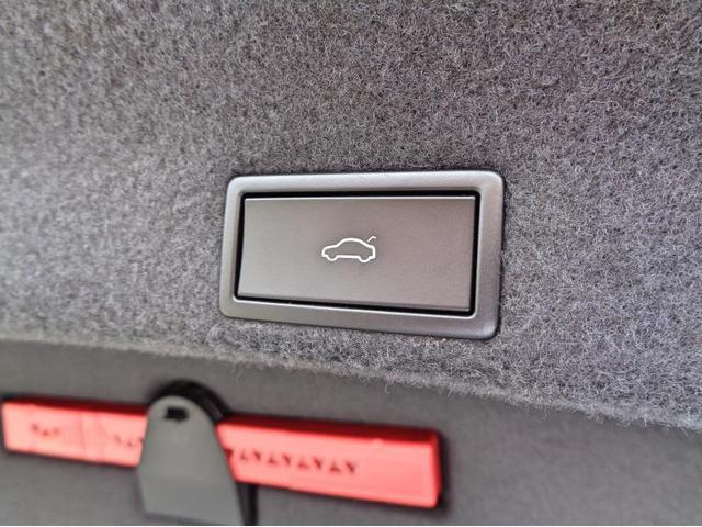 Easy Open機能付きパワーテールゲートです。ボタンでトランクの開閉が可能です。