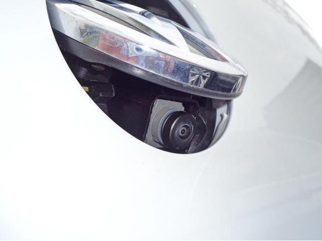 リヤビューカメラはエンブレム内に収まっており、リバースギヤに入れると出てきます。水滴や汚れが付きにくく、良好な視界を確保します。