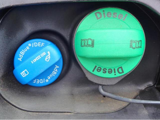 ディーゼルエンジンは燃料に軽油を使用します。排ガスをクリーンにするためのアドブルーを補給するための補充口がございます。