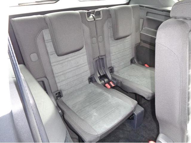 3列目も3点式シートベルトを採用しており安全です。