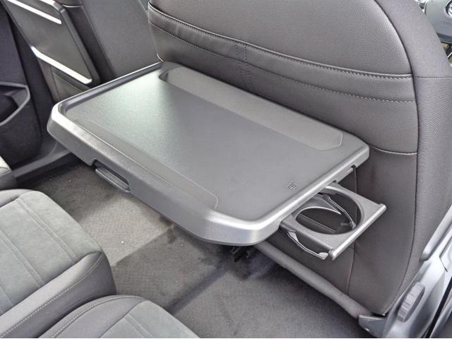 シートバックテーブルは車内での飲食をサポートし快適にお乗り頂けるようになっております。
