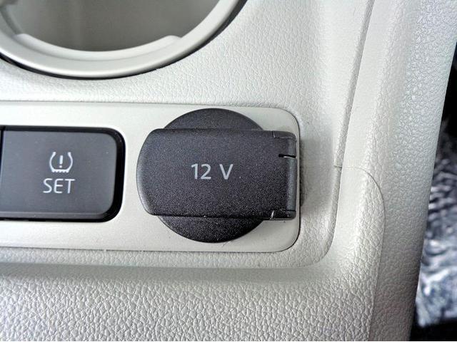 シガーライタータイプの携帯電話充電器も使用可能です。