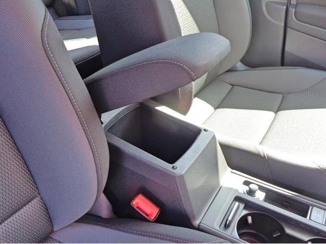 フロントシートには、ひじ掛けにもなるセンターコンソールの下には収納ボックスが完備