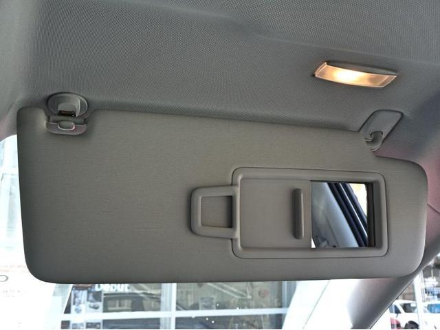 メイクアップミラーはカバーをスライドさせるとランプが点灯し、暗い所でも確認が容易です