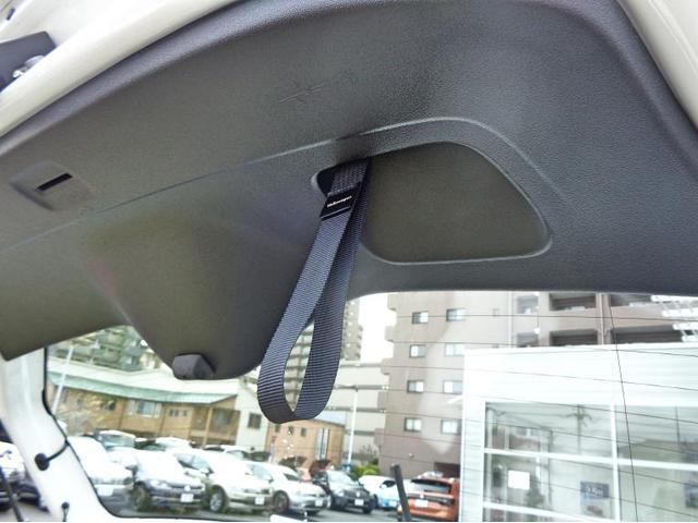 リヤゲートには閉める時に便利なベルト付き