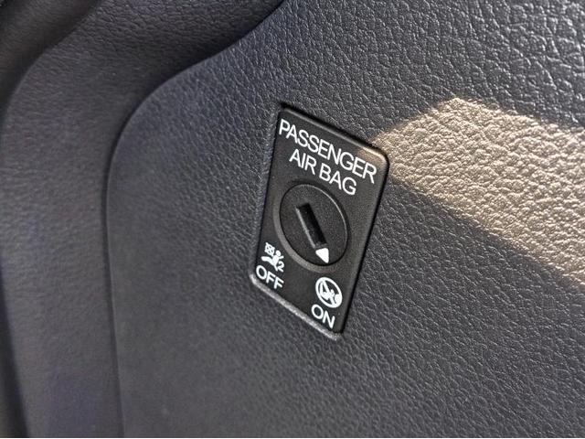 メーターからナビ周りにかけてグレーの配色で落ち着きのあるコックピットです。