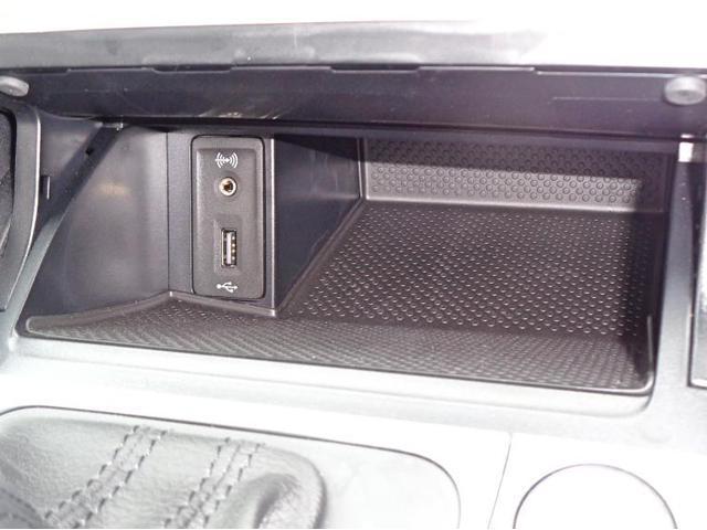 センターコンソールにはAUX端子、USBソケットがございます。USB端子は携帯機器の充電にも活用いただけます