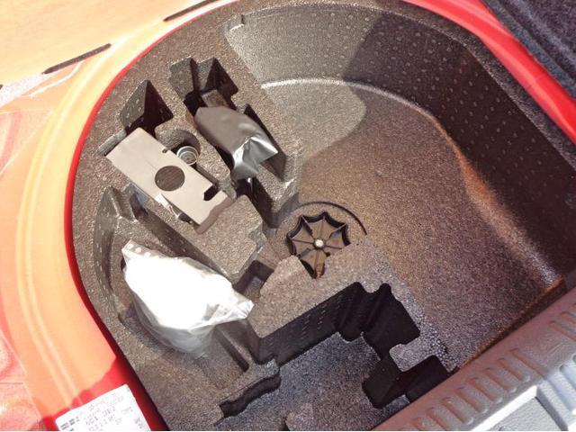 タイヤパンク修理キットがございます。空いているスペースは収納スペースとしてお使いいただけます