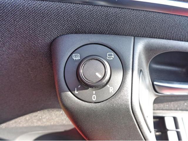 サイドミラーの操作スイッチはコンパクトで操作しやすいです。 外気温が20度以下になるとミラーヒータを作動させることができ、サイドミラーの視認性を高めます。