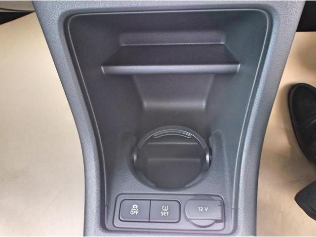 前席ドリンクホルダー、シガーソケット、シティーエマージェンシーブレーキoffボタン、タイヤの空気圧セットボタンがあります。