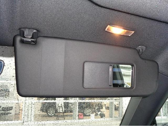 サンバイザーにはメイクアップミラーがあり、カバーをスライドさせると照明が点灯します