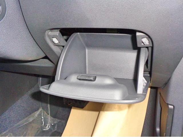 運転席側にもちょっとした小物入れが装備されております。