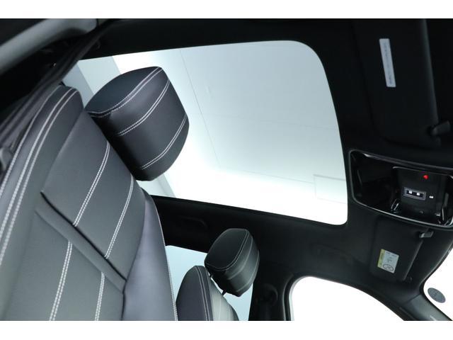 オプションのパノラミックルーフが装備されております!後席まで伸びたガラスは有無の差で雲泥の差です。車内をとても明るく照らし更に広く見せ優雅なドライブとなります。