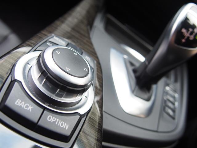 ミッションは電子式8速ATを搭載し、燃費の効率化と状況に応じたダイレクト感溢れる素早い変速を可能としております!また、iDriveコントローラーはダイレクトメニュー機能採用モデルとなり操作性が向上!