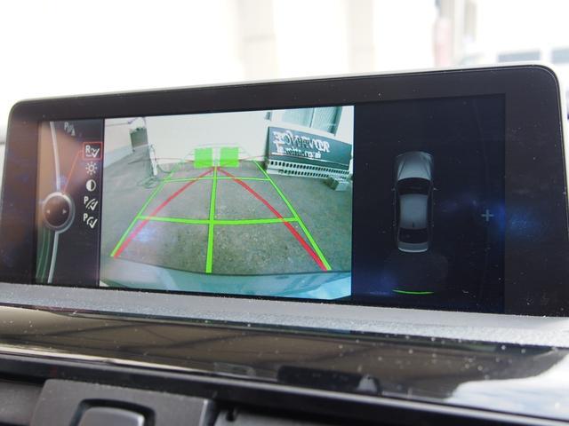 リバースギアに連動する形で純正モニターに後方視界が映し出されます!