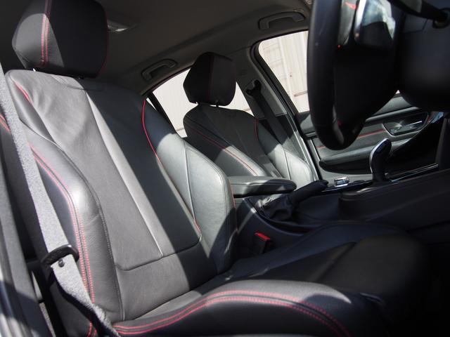 オプション設定となるブラックレザースポーツシート!レッドステッチが非常におしゃれ!