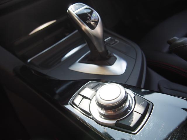 ミッションは電子式8速ATを搭載し、燃費の効率化と状況に応じたダイレクト感溢れる素早い変速を可能としております!また、iDriveコントローラーは採用したモデルとなり操作性が向上致しました!