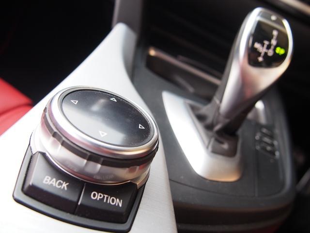 ミッションは電子式8速ATを搭載し、燃費の効率化と状況に応じたダイレクト感溢れる素早い変速を可能としております!また、iDriveコントローラーはタッチパッド機能を採用したモデルとなり操作性が向上!