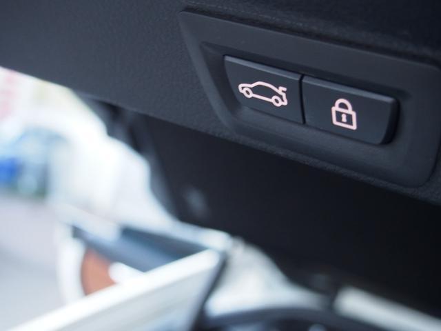 ボタン一つで開閉が可能!またトランクリッドスマートオープナーが付いており、鍵を携帯していればリアバンパー下に足をかざすだけで開閉を行える為、荷物で手が塞がっていても安心です!