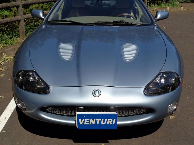 XKR 左ハンドル 04モデル 顧客買取車 ジャガー純正デトロイト20インチ 無償のOPとして純正ヒュドラ18インチ新品タイヤ付きに交換も可能 Rショック交換済 カシミア革 3連メーター化 6速AT(5枚目)