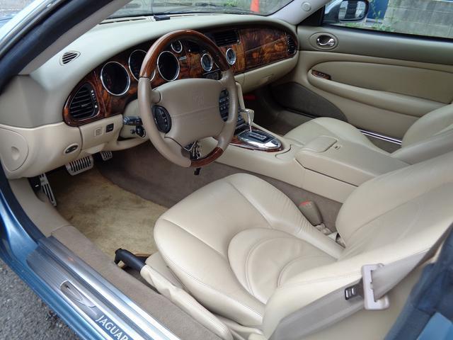 XKR 左ハンドル 04モデル 顧客買取車 ジャガー純正デトロイト20インチ 無償のOPとして純正ヒュドラ18インチ新品タイヤ付きに交換も可能 Rショック交換済 カシミア革 3連メーター化 6速AT(9枚目)