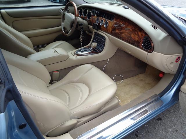 XKR 左ハンドル 04モデル 顧客買取車 ジャガー純正デトロイト20インチ 無償のOPとして純正ヒュドラ18インチ新品タイヤ付きに交換も可能 Rショック交換済 カシミア革 3連メーター化 6速AT(10枚目)