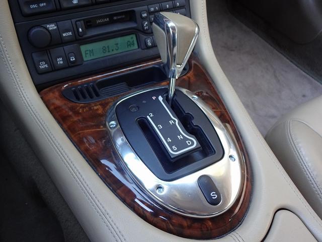 XKR 左ハンドル 04モデル 顧客買取車 ジャガー純正デトロイト20インチ 無償のOPとして純正ヒュドラ18インチ新品タイヤ付きに交換も可能 Rショック交換済 カシミア革 3連メーター化 6速AT(17枚目)