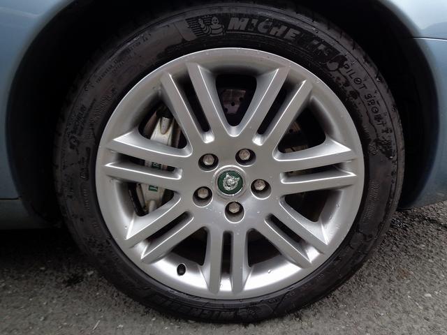 XKR 左ハンドル 04モデル 顧客買取車 ジャガー純正デトロイト20インチ 無償のOPとして純正ヒュドラ18インチ新品タイヤ付きに交換も可能 Rショック交換済 カシミア革 3連メーター化 6速AT(22枚目)