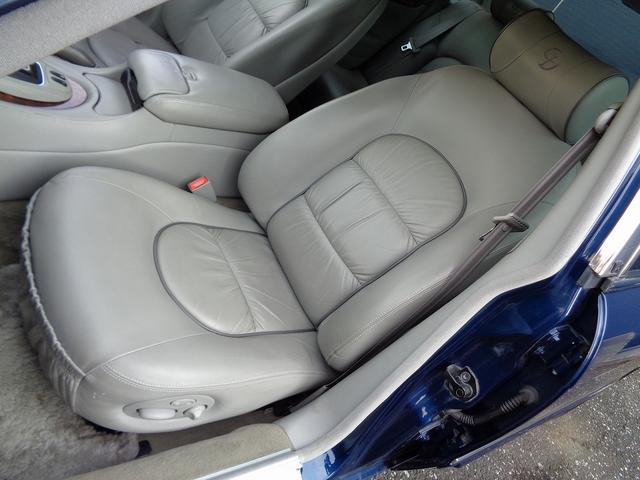 肉厚なシートは着座時には少しだけ沈み込み「優しく身体を包み込み」ます。シートの表皮はコノリーのシットリした物で・・・肌触りも気持ち良いです。レザーですが・・・どこか暖かみのある物です。