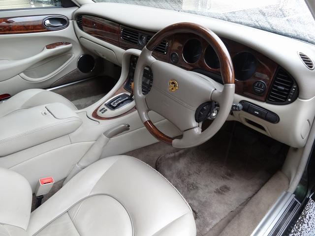 現代の車にはない趣のある内装となっております。手造り感もあり・・・職人の仕事っぷりも感じ取れます。