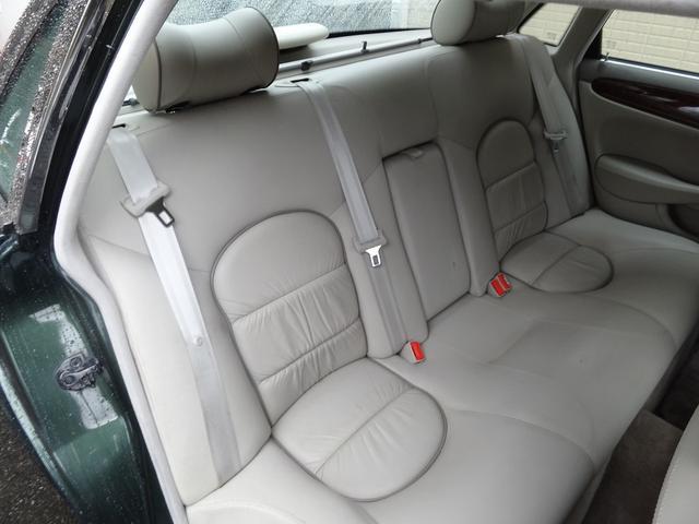 リアシートの居住性は◎です。5インチ幅でストレッチされたボディーは全て後席のレッグスペースに与えられました。私・・身長182cmありますがリアシートに座って足が組めちゃいます。
