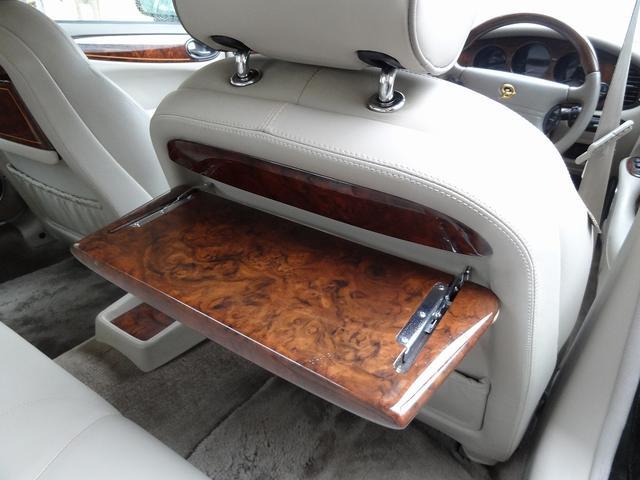 リアシートに座る方の為にピクニックテーブルの装備が御座います。私用面が平面ですので実用性は少々低いのですが使わない装備が備わっている・・・っていう贅沢もあるのです。