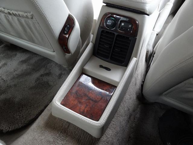 ディムラーの特徴としてウッドワークが多い事が御座います。ヴェニアと称されるウッドパネルは車内の随所に装備されディムラーの気品と優雅さを演出しております。イギリスの職人の息吹きを感じます。