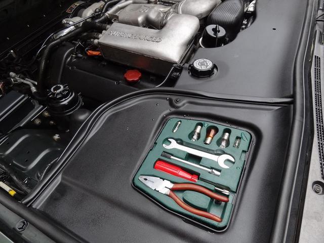 エンジンルーム内にある工具も揃っております。実際の実用性は低いと思いますが。こういう装備が欠品していたら少しガッカリですよね?そういう拘りが出ちゃうのが・・・ディムラーって言う車です。