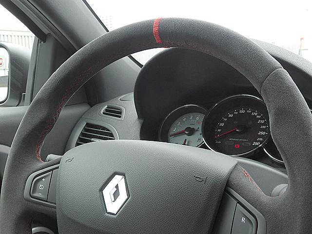 レーシンググローブをはめてのドライブにも十分対応できるバックスキンステアリング