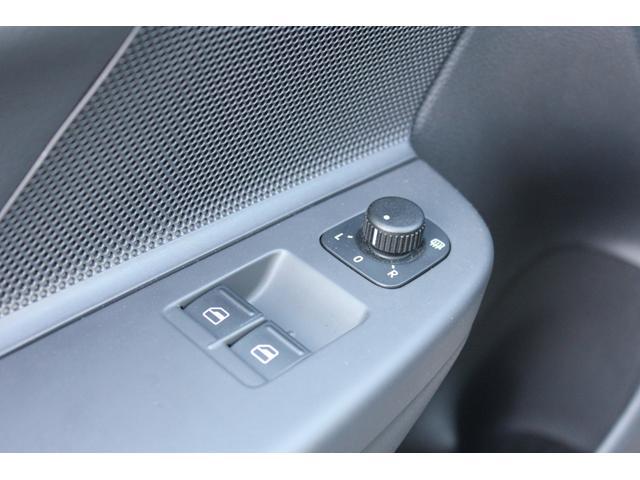 ドアミラー調節スイッチにもダメージが少なく非常に良いコンディションでございます。