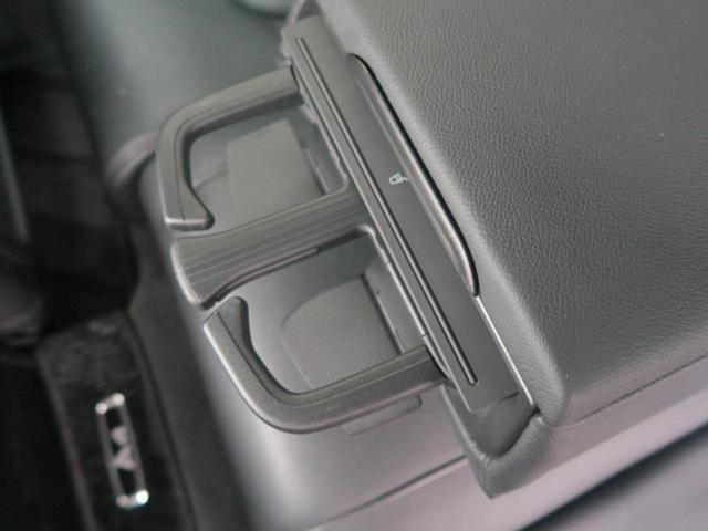 ●後席者用ドリンクホルダー『後席者用には2口のドリンクホルダーを装備。安定したホールド性で500mlのペットボトルでも安心です。』