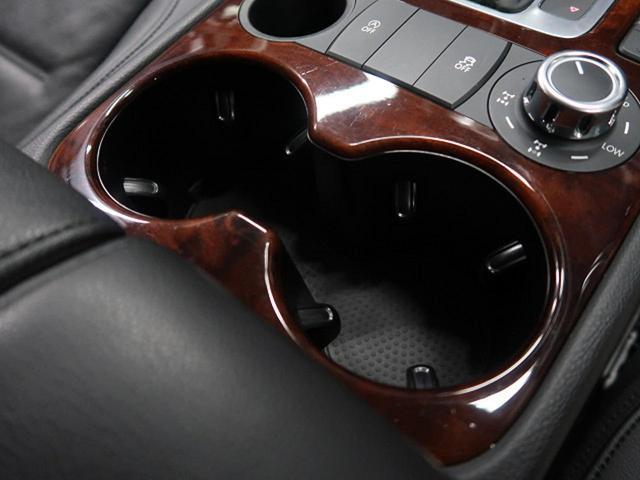 『後部座席にもアームレストやドリンクホルダーを装備!後部座席でも快適にお過ごしいただけるお車です!』