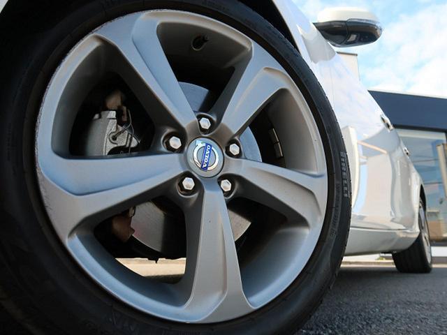 ●純正17インチアルミホイール『中古車では気になるタイヤの山もしっかり残っております。タイヤやアルミの交換なども安価で承ることも可能です。お気軽にご相談ください。』