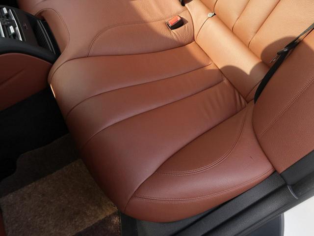 ●後席左側シートの使用感:破れ・へたりも少なく、ご覧の通りきれいな状態を維持しております。また、室内クリーニング・コーティングもご用命いただけます。