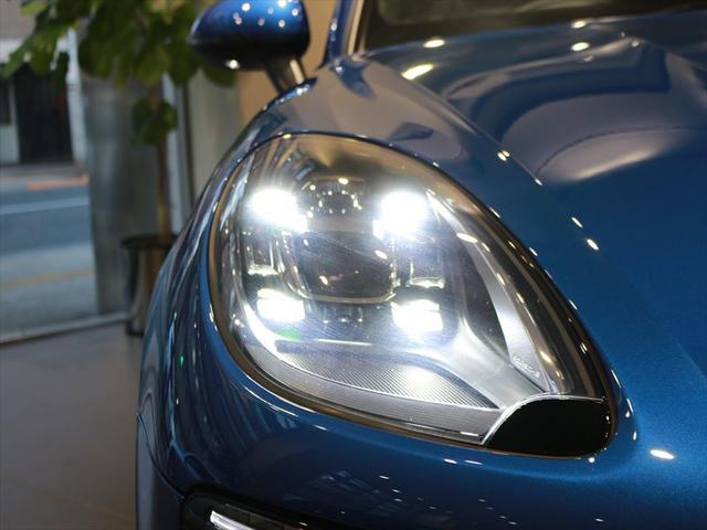 弊社はドイツポルシェAG社の最新のCIを取り入れた、国内最大級のショールームとサービス工場を併せ持つ当社に、ポルシェ各車を取り揃えております。