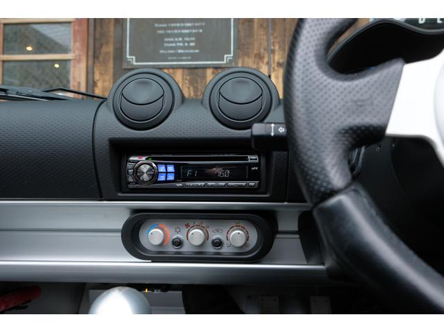 排気系は性能と音質を突き詰めたサクラムマフラーに換装されており、高回転域の美しいサウンドは、限られたパワーを使いきって楽しめるエリーゼでのドライブを、さらに楽しい物にしてくれます。